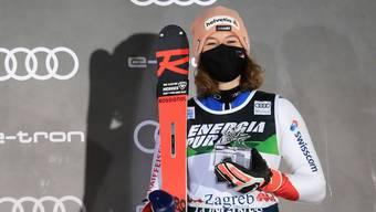Michelle Gisin bei der Siegerehrung nach dem Slalom von Zagreb.