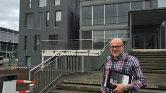 Kurt Haefeli (57) vor dem Eingang der Kirche der FreienChristengemeinde in der Telli. Links der Erweiterungsbau.