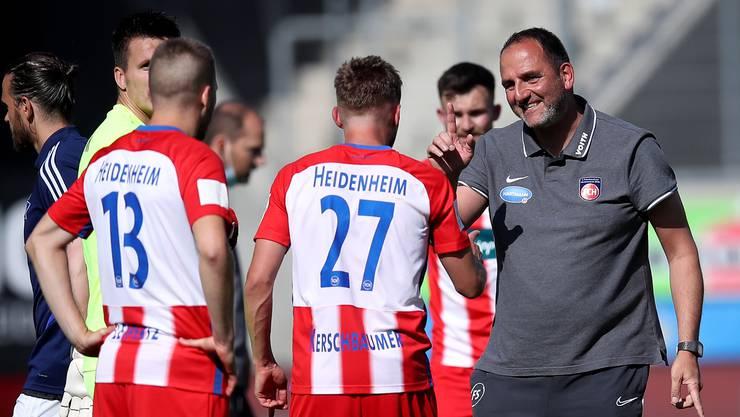 Frank Schmidt, Trainer des FC Heidenheim, freut sich nach dem 2:1-Sieg in der vorletzten Runde gegen den Hamburger SV.