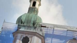Vorgespiegelt: Hinter dem vorgespannten Fassadenbild des linken Turmes arbeiten die Handwerker und renovieren die Fassade für die nächsten 20 Jahre. Juri Junkov