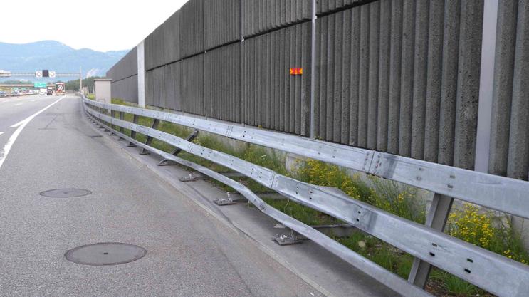 Die beschädigte Leitplanke auf der Autobahn A1 Richtung Basel.