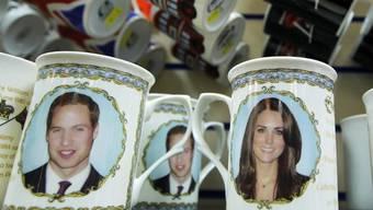Auch Tassen mit Fotos von Prinz William und seiner Verlobten gibt es zu kaufen (Archiv)
