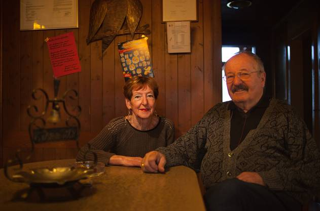 Marlies (73) und Louis Zaffaroni (72) am Stammtisch ihres Restaurants Frohsinn. Die Beiz geht nächste Woche definitiv zu.