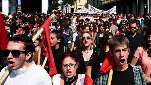 Dem Volk gehen die Sparpläne zu weit - die Troika fordert schärfere Reformen