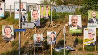Plakatwälder wie 2016 bei der Kreuzlibergstrasse sollen künftig nicht mehr zu sehen sein, wünscht GLP-Einwohnerrat Peter Berger.
