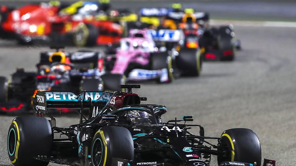 Lewis Hamilton (vorne) ist auch 2021 der Gejagte. Der Engländer strebt im Mercedes seinen achten WM-Titel an