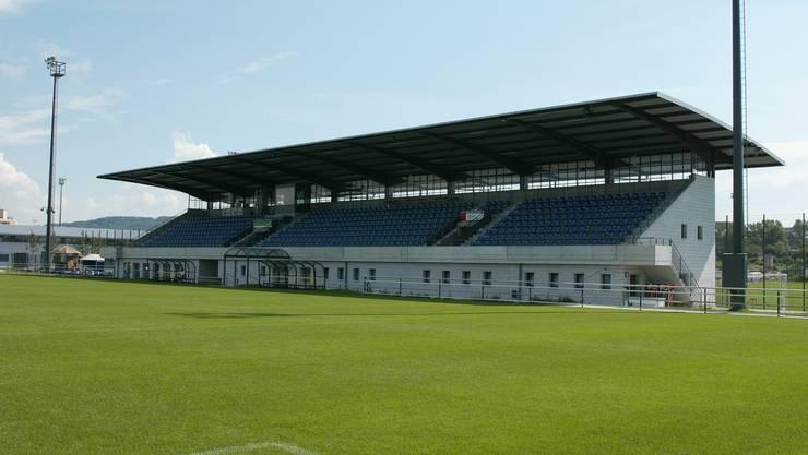 So glänzend englisch sieht der Rasen im Fussball-Stadion Niedermatten selten aus: Der FC Wohlen spielt schon bald auf Kunstrasen