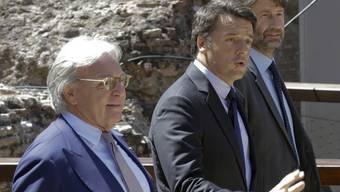 Der Schuh-Unternehmer Diego della Valle (links neben Regierungschef Matteo Renzi) stellt 25 Millionen Euro für die Restaurierung des Kolosseums zur Verfügung.