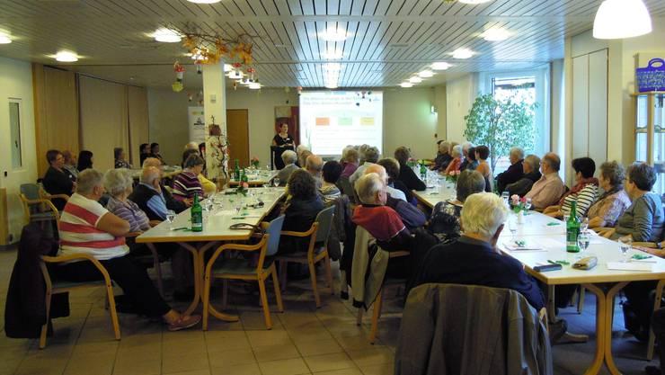 Die Seniorinnen und Senioren lauschen den Ausführungen von Chantal Neyerlin, Fachstellenleiterin der Fachstelle Dorneck-Thierstein.