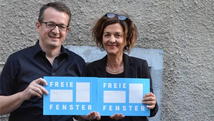 Roland Lenzin und Dora Freiermuth erstellten das Konzept für die Aktion «Freie Fenster Laufenburg».zvg