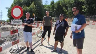 René Schätti (l.) und die weiteren Anwohner haben jetzt erreicht, dass sie am Wochenende Zufahrt zur Habsburgbrücke haben.