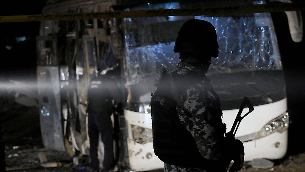 Sicherheitskräfte am Freitagabend am Ort des Anschlags, bei dem vier Menschen starben und zwölf verletzt wurden.