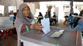 Auch diese Wählerin lässt sich nicht von der Gewalt einschüchtern: Sie geht wählen.