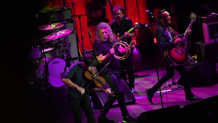 Versetzt den Schellenkranz, die Stimmbänder und die Fans in Vibrationen: Robert Plant (Mitte), Rockgott, auf dem Lörracher Marktplatz.