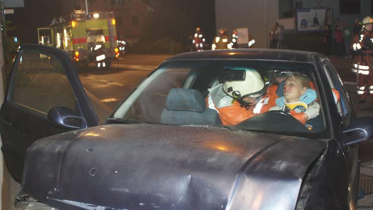 Die Einsatzkräfte kümmern sich um die Verletzte im Auto.  Bilder: Marco Mordasini