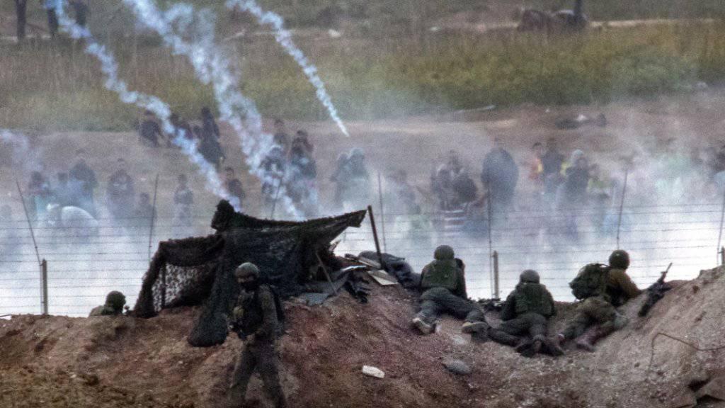 Israelische Soldaten und palästinensische Demonstranten treffen an der Grenze zum Gazastreifen aufeinander. (Archivbild)