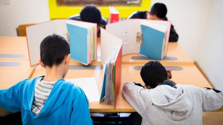 Unbegleitete minderjährige Asylsuchende (UMA) schreiben eine Prüfung im Transitzentrum «Landhaus».