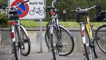Stadt Zürich will Zahl der Veloparkplätze erhöhen und damit für geordnetere Verhältnisse sorgen.