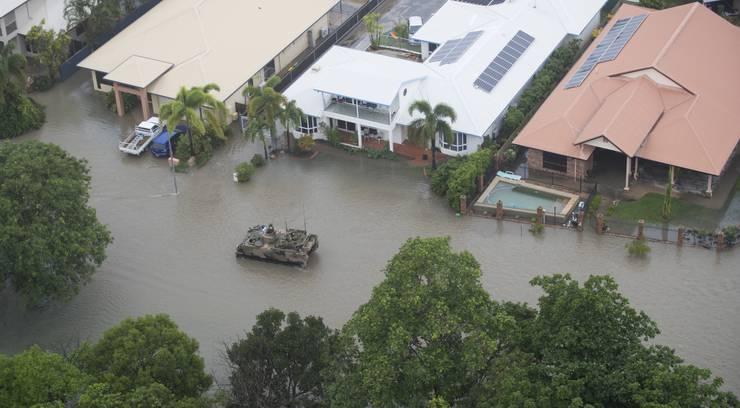Das Militär rettete bereits Unzählige von Dächern, wohin sie sich vor den Fluten gerettet hatten.