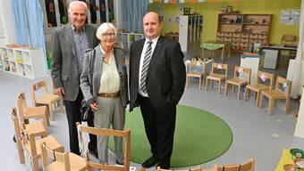 Peter und Marie-Louise Bally (links) freuen sich mit Peter Hodel (rechts) über die Eröffnung des Kindergartens Feld