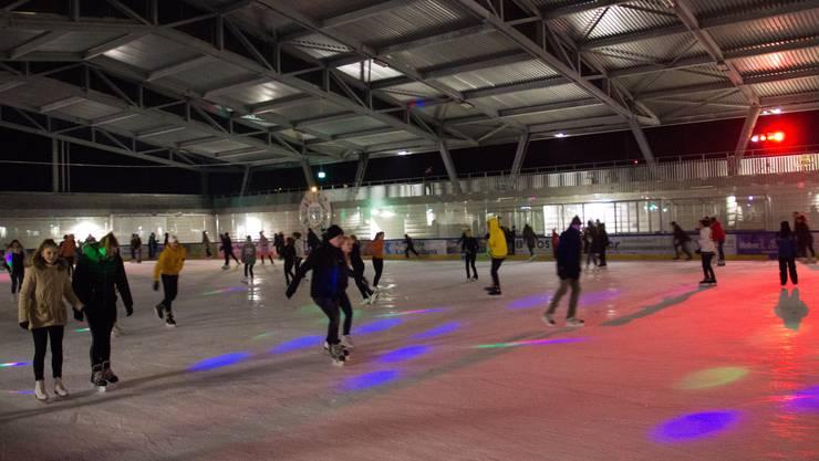 Rhythmisch beschwingt drehten die Besucher der Wohler Eisdisco am Freitagabend ihre Runden auf der neuen, überdachten Eisbahn.