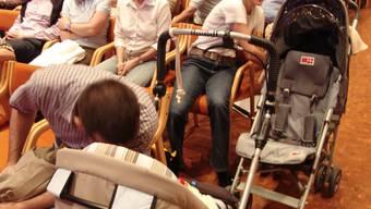 Kinderkrippen im Gespräch: Krippenplätze werden immer wieder zum Inhalt politischer Diskussionen – wie hier an der Uitiker Gemeindeversammlung im September 2006. (Bild: Flavio Fuoli)