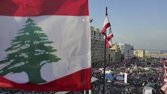 Tausende protestieren in Beirut gegen die Regierung, am Jahrestag der Staatsgründung vor 76 Jahren.
