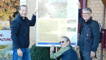 Hardy Jäggi (Gemeindepräsident Recherswil, links), Rolf Bruckert (Grafiker und Gestalter der Plakate) und Johannes Friedli (Repla-Präsident, rechts) helfen mit beim Aufstellen der Infoplakate. rm