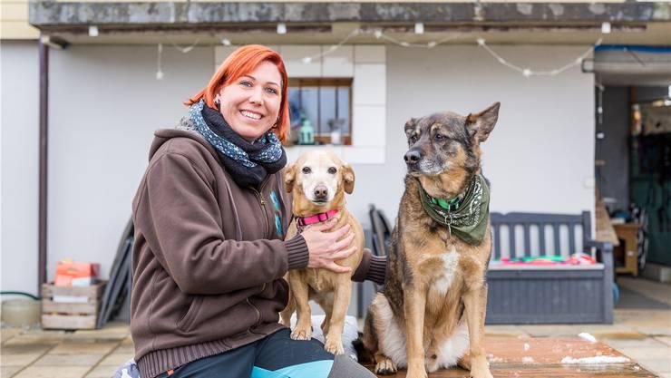 Anita Bugmann mit ihren Hunden Naza (l.) und Beni: «Tiere kommen einfacher an mich ran.»
