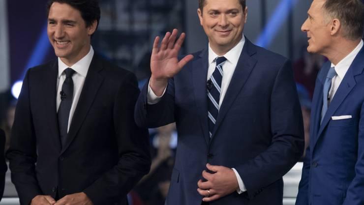 Der Konservative Andrew Scheer (Mitte) hat am Montag in einer Debatte zur Wahl den kanadischen Premier Justin Trudeau (links) stark kritisiert.