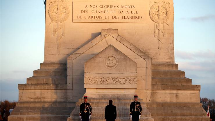 Der französische Präsident auf Weltkriegs-Tour: Emmanuel Macron (M.) besucht hier den Kriegsfriedhof in Ablain-Saint-Nazaire. EPA/Keystone