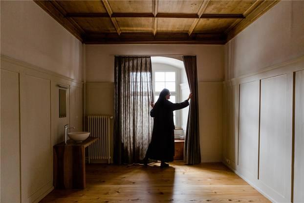 In die schicken neuen Waschbecken fliesst neuerdings warmes Wasser. Nicht nur deshalb freut sich Priorin Irene auf die Rückkehr ins Konventgebäude.
