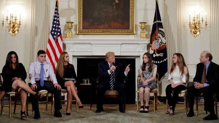 «Ich höre Euch zu», hatte Präsident Trump auf seinem Spickzettel notiert, als er Schüler, Angehörige von Opfern und Lehrer empfing.