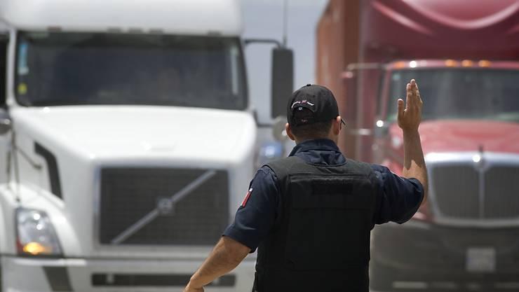 Die geschmuggelten Migranten wurden in Lastwagen-Anhängern, Fahrerkabinen oder unter Windschutzvorrichtungen versteckt. (Symbolbild)