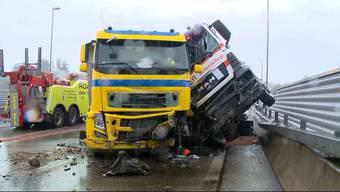 Am frühen Morgen kam ein LKW ins Schleudern und krachte in einen Sattelschlepper. Das führte bis in den späten Nachmittag zu einem Verkehrschaos.