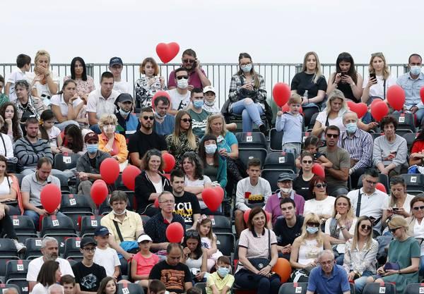 In Belgrad kamen über 4000 Zuschauer, die von den Gesundheitsbehörden empfohlenen Abstandsregeln wurden dabei nicht eingehalten.