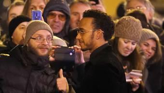 Lewis Hamilton wird vor der Gala von den Fans bestürmt