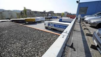 Feldreben-Areal: Auf der Deponie befinden sich Gewerbebetriebe,Parkplaetze,das Zollamt, Speditionsfirmen und Schulen.
