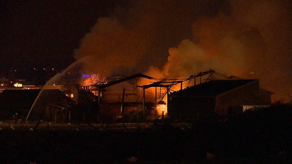Explosionsgefahr: Grossbrand in Gebäude mit Düngerlager in Dällikon