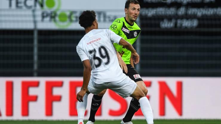 Servettes Alexis Martial (Nummer 39) gegen Luganos Stürmer Alexander Gerndtf