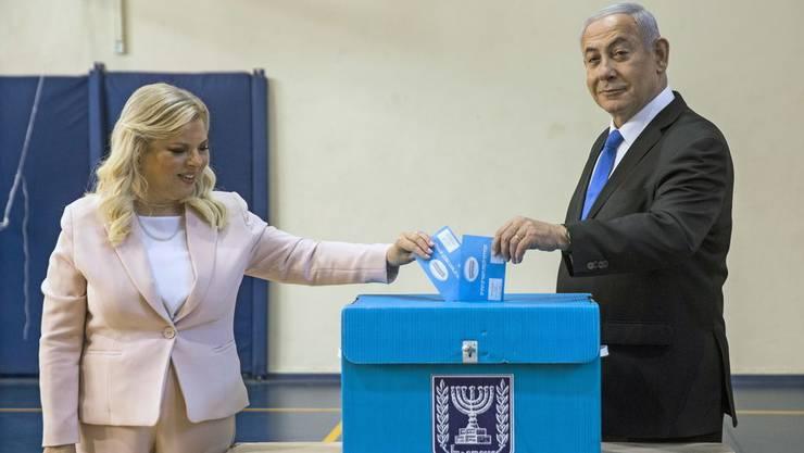 Da war die Welt noch ein bisschen besser in Ordnung: Netanjahu bei der Stimmabgabe mit seiner Frau Sara.