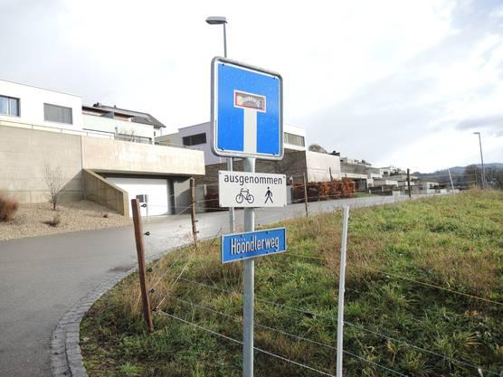 Der Hööndlerweg war früher ein Feldweg, in den letzten Jahren sind hier zahlreiche Häuser gebaut worden.