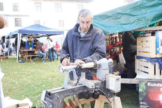 Drechsler Hans Häfeli schafft im Handumdrehen Äpfel und Birnen aus einem Stück Holz.
