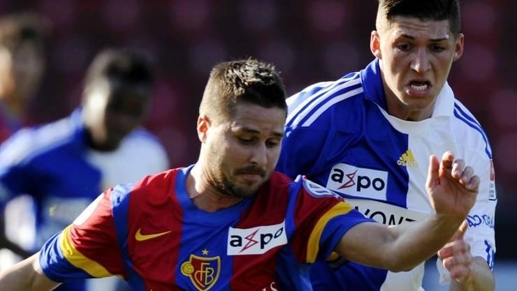 Markus Steinhöfer (vorn) und sein FC Basel wollen Steven Zuber und dessen Grasshoppers auch am Sonntag wieder davonlaufen. Bieri/Keystone
