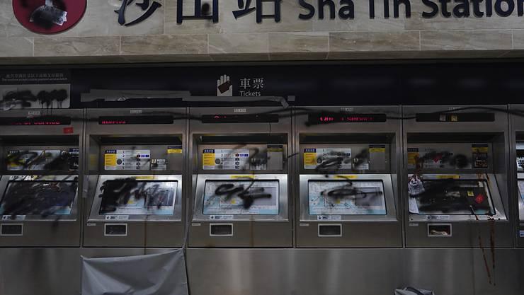 In Hongkong ist der U-Bahn-Verkehr eingestellt worden - die Proteste hatten am Freitag zu Beschädigungen an den Anlagen geführt.