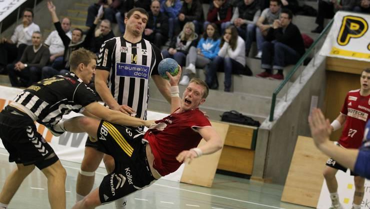 Calle Ekberg erzielt das 14:10 für den HSC Suhr Aarau gegen den RTV Basel