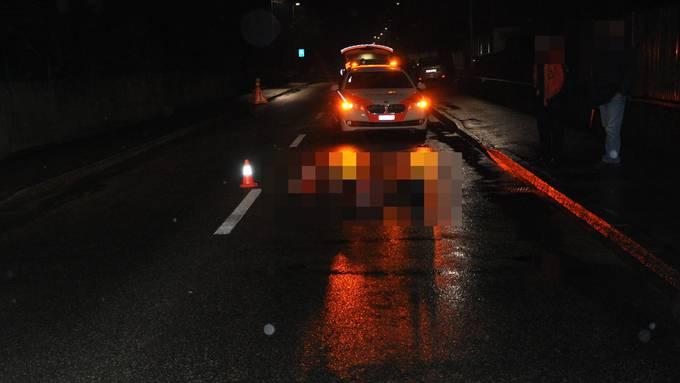 Ein 23-Jähriger lag am Freitagabend mit schweren Verletzungen auf einer Strasse in Gerlafingen. Beim Eintreffen der Polizei fehlte vom Unfallverursacher jede Spur. Zwei verdächtige Personen wurden später festgenommen.