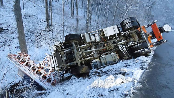 Ein Schneeräumungs- und Salzfahrzeug ist am Mittwochmorgen auf der Strasse über den Benken zwischen Oberhof und Küttigen ins Rutschen geraten und umgekippt.
