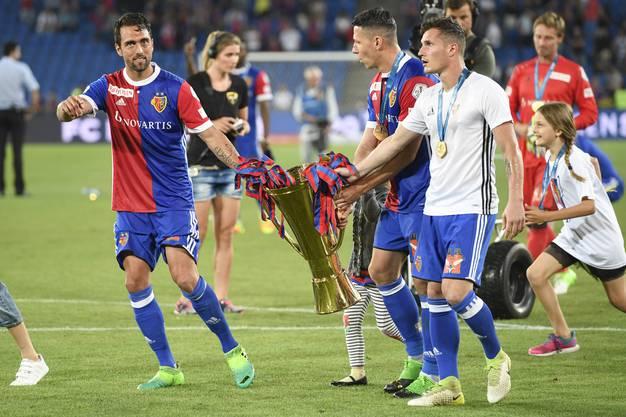 Die Spieler tragen den Pokal durchs Stadion.