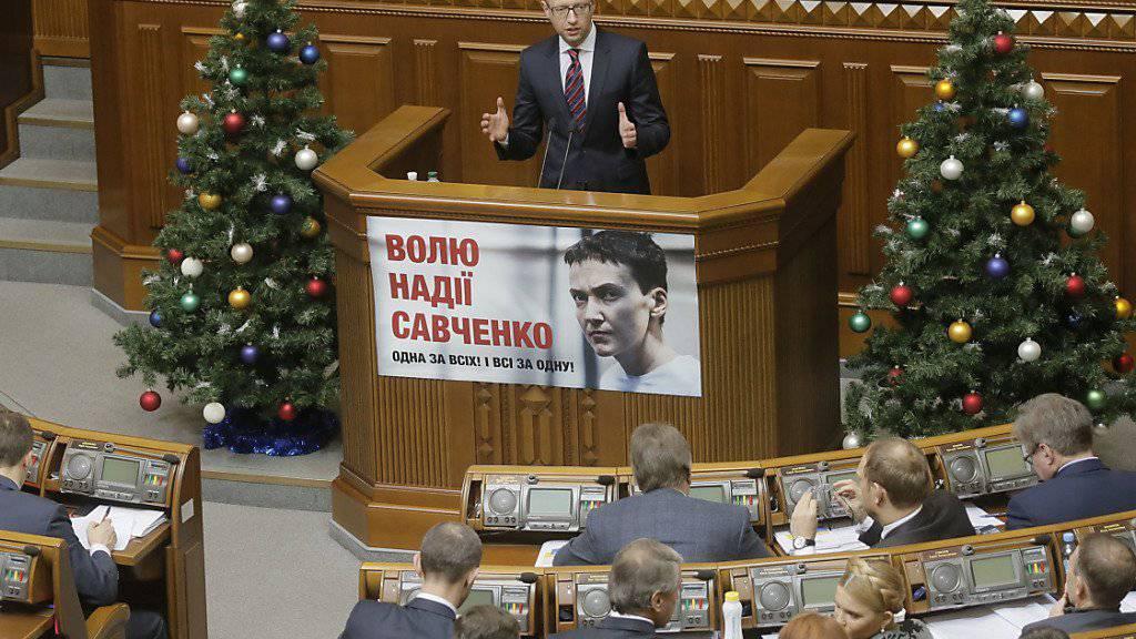 Regierungschef  Arseni Jazenjuk spricht an Heiligabend zum ukrainischen Parlament: Die Abgeordneten stimmten dem Budget für das kommende Jahr zu. Damit dürfte der IWF die nächste Kredittranche auszahlen.